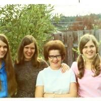 Mom & Jones Girls Nov 1972 Dr Larry Imp Sharp